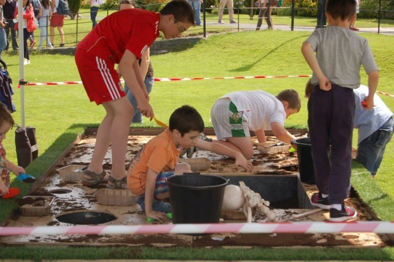 Summer-Archaeology-Dig-2016-at-Hillsborough-Castle-family-digging