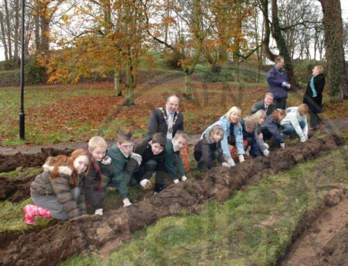 Photo: Mayor Tinsley and School Children in Castle Gardens, 2008